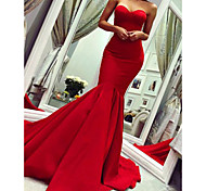 abordables -Trompette / Sirène Minimaliste Sexy Invité de mariage robe ceremonie Saint Valentin Robe Sans Bretelles Sans Manches Traîne Tribunal Satin avec Plissé 2021