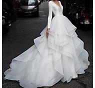 abordables -Trapèze Robes de mariée Col en V Traîne Tribunal Organza Satin Manches Longues Habillées Luxueux avec Jupe Volants en cascade 2021