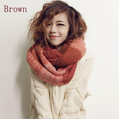 الخريف والشتاء اللون النقيض الحياكة والأوشحة المرأة الدافئة