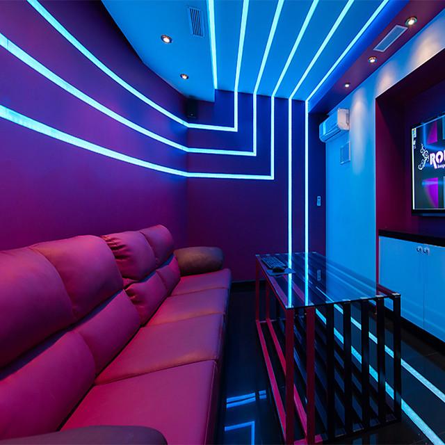 bandes lumineuses led bluetooth 5050 rgb 10m kits de bandes lumineuses 32.8ft 300 leds contrôlées par téléphone intelligent pour la maison extérieure chambre décoration tv adaptateur 12v 6a