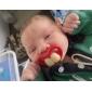 즐거운 아기 빨간 입술을 가진 두 개의 앞니 아기 젖꼭지